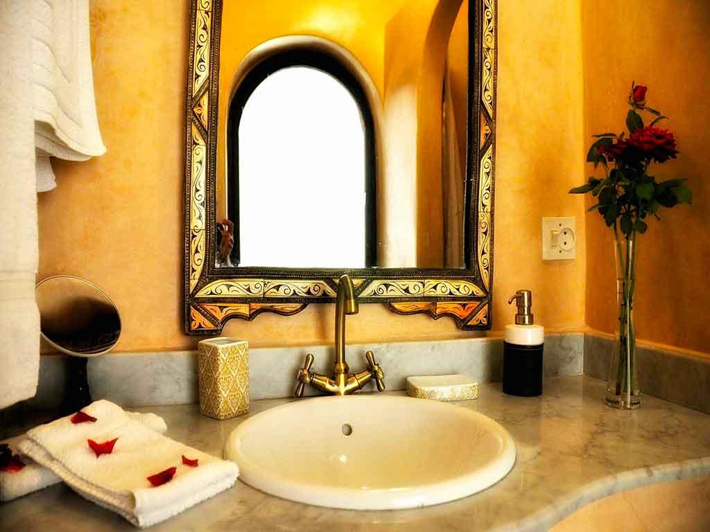 Alhambra room. Toilet. Riad Aguaviva, Marrakech